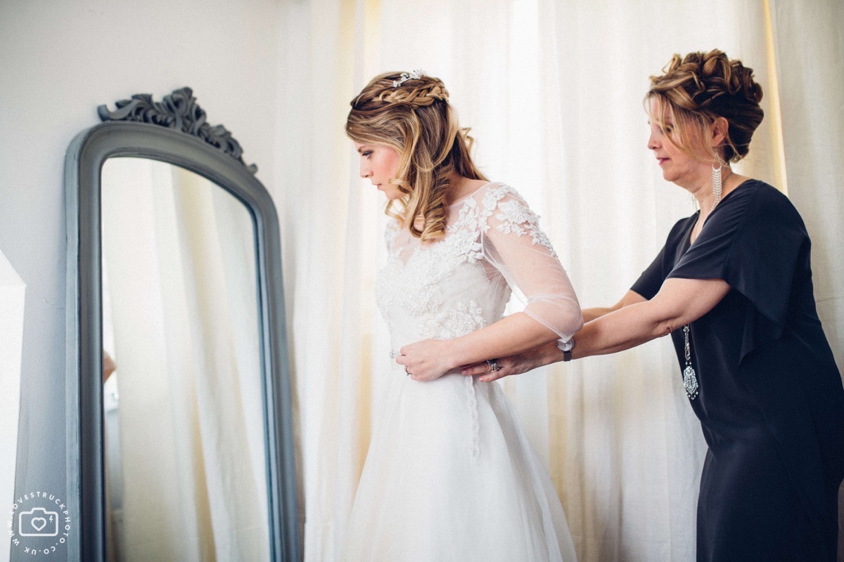 bride getting ready, oxfordshire quirky wedding